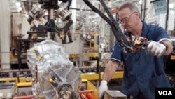 Seorang pegawai perusahaan mobil General Motors sedang merakit salah satu bagian kendaraan di sebuah pabrik GM di AS.
