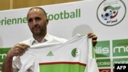 Djamel Belmadi avec le maillot de l'Algérie lors d'une conférence de presse à Sidi Moussa, Algérie, le 18 août 2018.