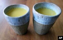 Campuran susu dan kunyit, resep minuman karya penulis dan chef asal London, Meera sodha (dok: AP)