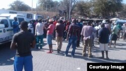 People milling around the Beitbridge border post in Zimbabwe's Matabeleland South province.