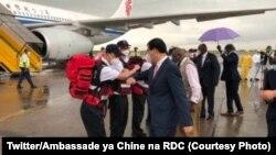 Ambassadeur ya Chine na RDC Zhu Jing azali koyamba lipinga lya minganga ya ekolo Chine likomi na libanda lya mpepo ya N'Djili, Kinshasa, 12 mai 2020. (Twitter/Ambassade ya Chine na RDC)