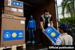 UNHCR နဲ႔ WFP တို႔ပူးေပါင္းၿပီး ျမန္မာႏိုင္ငံအတြက္ ကူညီတဲ့ ဗိုင္းရပ္စ္စစ္ေဆးတဲ့ ကိရိယာေတြကို လဲႊေျပာင္းေပးအပ္တဲ့ ျမင္ကြင္း။ (ဓာတ္ပုံ - United Nations Myanmar - ဇူလိုင္ ၃၀၊ ၂၀၂၀)
