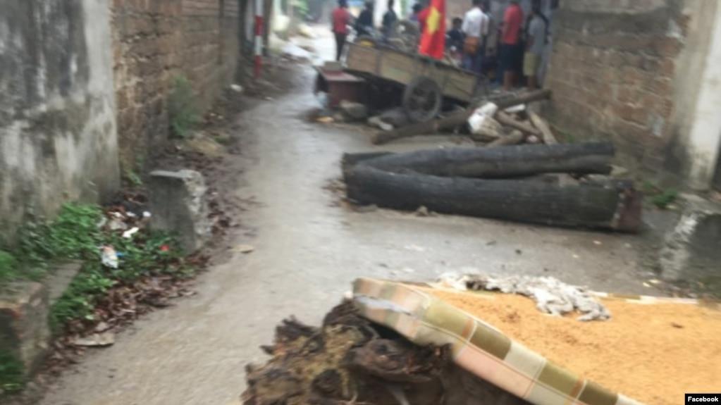 Cư dân mạng xã hội cho biết dân làng Đồng Tâm thay nhau canh gác và chặn tất cả các lối ra vào làng, trong lúc vẫn giam giữ nhiều cảnh sát cơ động.