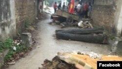 Dân Đồng Tâm dựng chướng ngại vật trên đường làng kể từ cuối tuần trước.