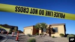 Lapolis bare devan kay sispèk masak Las Vegas la, Stephen Craig Paddock, 2 oktòb 2017 nan Mesquite, Nevada.