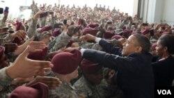 Barack Obama saluda en Fort Bragg a militares estadounidenses que combatieron en Irak.