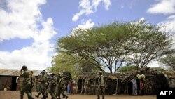Lực lượng an ninh Kenya lục soát một ngôi làng gần Liboi, thị trấn biên giới giữa Kenya và Somalia, ngày 15/10/2011
