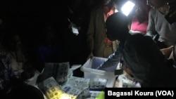 Session de dépouillement dans un bureau de vote à Boutal Bagar, un quartier périphérique de Ndjamena où des centaines de gens en colère n'ont pu voter par manque de bulletins de voter, à Ndjamena, Tchad, 10 avril 2016. VOA Afrique/Bagassi Koura