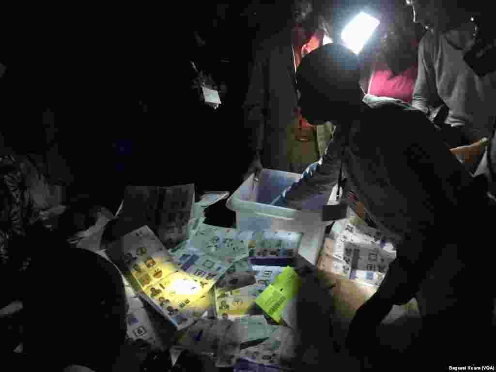 Session de dépouillement dans un bureau de vote à Boutal Bagar, un quartier périphérique de N'Djamena où des centaines de gens en colère n'ont pu voter par manque de bulletins de vote, Tchad, 10 avril 2016. (VOA/Bagassi Koura)