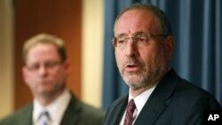 Jaksa penuntut AS Andrew Luger (kanan) menjelaskan tuduhan terorisme terhadap enam pria dari Minnesota di Minneapolis (20/4). (AP/Andy Clayton-King)