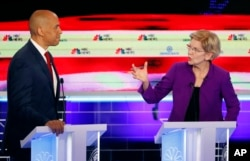 Сенаторку Елізабет Воррен називають переможницею перших дебатів. На фото вона поруч з сенатором Корі Букером, іншим фаворитом