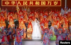 歌唱家彭丽媛2007年8月8日在北京天安门广场举行的北京2008年奥运会倒计时一周的庆祝活动中演唱。