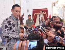Agus Harimurti Yudhoyono memberikan keterangan kepada media usai bertemu dengan Presiden Joko Widodo, di Istana Negara, Jakarta, Kamis (2/5) (Foto: Biro Pers Setpres RI).