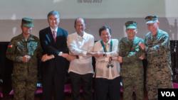 """美国和菲律宾官员2017年5月8日出席'肩并肩'年度联合军演开幕式"""" (美国驻菲律宾大使馆照片)"""