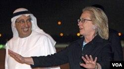 Menlu AS Hillary Rodham Clinton disambut oleh pejabat UEA, Tareq Al-Haidan di bandara Abu Dhabi (8/6).