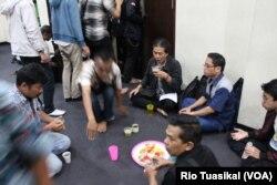 Sejumlah pengunjung menikmati buka bersama dengan takjil yang disajikan dalam gelas beling dan gelas plastik, Senin (13/5/2019). Masjid di Bandung ini tidak menyediakan minuman dalam gelas plastik dalam upaya mengurangi sampah. (Foto: Rio Tuasikal)