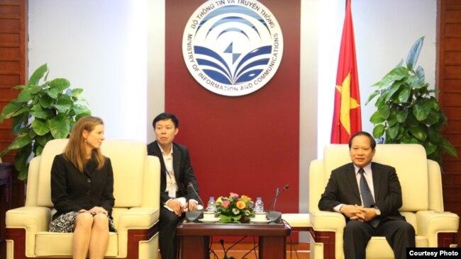 Bộ trưởng Trương Minh Tuấn và bà Monika Bickert, giám đốc Chính sách nội dung toàn cầu của Facebook.