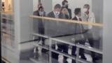 El senador estadounidense Joe Manchin es visto a través de una ventana de vidrio de un vagón de metro mientras recorre las entrañas del Capitolio después de una reunión con funcionarios de la Casa Blanca, el 27 de octubre de 2021.