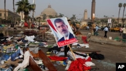 Hình Tổng thống Ai Cập Mohamed Morsi bị lật đổ giữa đống đổ nát sau vụ trấn áp doanh trại người biểu tình tại Quảng trường Nahda ở Cairo, ngày 15/8/2013.