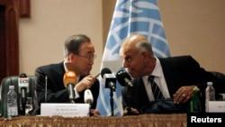 Ông Ban Ki-moon đối thoại với một giới chức Libya.