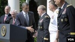 El presidente Barack Obama da la mano al general Martin Dempsey al anunciar su nombramiento en la Casa Blanca.