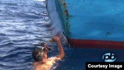 越南渔民修理被中国海监船撞击过的渔船