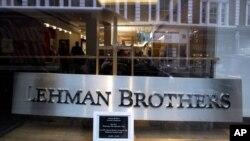 Вывеска Lehman Brothers в витрине аукционного дома Christie's. Лондон, Великобритания