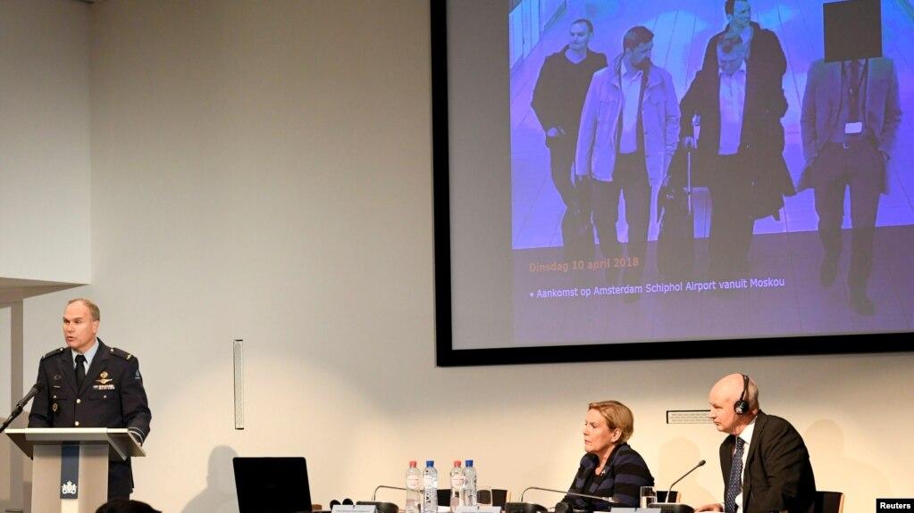 Bộ trưởng Quốc phòng Hà Lan Ank Bijleveld (giữa) cùng giám đốc cơ quan Tình báo và An ninh Quốc phòng Onno Eichelsheim (trái) và Đại sứ Anh tại Hà Lan Peter Wilson tại buổi họp báo ở La Haye, Hà Lan, hôm 4/10. Hà Lan nói Nga đứng sau một âm mưu tấn công mạng Tổ chức Cấm Vũ khí Hóa học quốc tế.