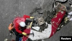 ARSIP - Petugas SAR Perancis memeriksa sisa puing Germanwings, dekat Seyne-les-Alpes, Alpen Perancis