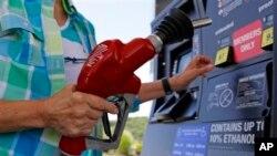 Los precios baratos de la gasolina, junto a un dólar fuerte ayudaron a mantener la inflación a raya en EE.UU.