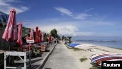 Pantai Pandawa terlihat sepi saat pantai ditutup di tengah pandemi COVID-19 di Kuta Selatan, Bali, 23 Maret 2020. (REUTERS / Johannes P. Christo).