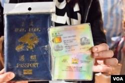 去年有年宵攤位售賣「香港護照」套及「香港本土居民」身份證套。(美國之音湯惠芸攝)