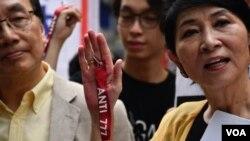 民主派會議召集人毛孟靜等人士,高舉反對特首林鄭月娥推動逃犯條例修訂的紅線。 (美國之音特約記者 湯惠芸拍攝 )