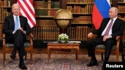 ប្រធានាធិបតីសហរដ្ឋអាមេរិក លោក Joe Biden (ឆ្វេង) និងប្រធានាធិបតីរុស្ស៊ី លោក Vladimir Putin ចូលរួមក្នុងជំនួបមួយនៅ Villa La Grange ក្នុងទីក្រុងហ្សឺណែវ ប្រទេសស្វ៊ីស ថ្ងៃទី១៦ ខែមិថុនា ឆ្នាំ២០២១។