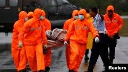 印尼緊急搜救人員星期天將亞航失事班機的部分殘骸,送到一個軍事基地.