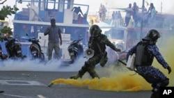 馬爾代夫軍警星期三在馬爾代夫首都馬里街頭用力將催淚瓦斯罐投擲回前總統納希德的支持者。