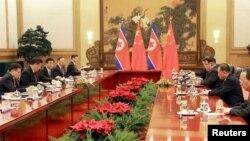 시진핑 중국 주석(왼쪽 2번째)과 김정은 북한 국무위원장(오른쪽 3번째)이 베이징에서 가진 정상회담 사진을 북한 관영 조선중앙통신이 공개했다. 김 위원장은 시 주석의 초청을 받아 25일부터 나흘간 중국을 비공식 방문했다.
