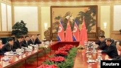 Pemimpin Korea Utara Kim Jong Un menghadiri pertemuan dengan Presiden China Xi Jinping di Beijing, dalam kunjungan tak resmi ke China. Foto tanpa tanggal ini dirilis oleh Kantor Berita Pusat Korea Utara (KCNA) di Pyongyang, 28 Maret 2018.