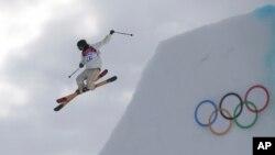 Atlet Oscar Wester dari Swedia dalam latihan ski slopestyle di Sochi (10/2). (AP/Sergei Grits)