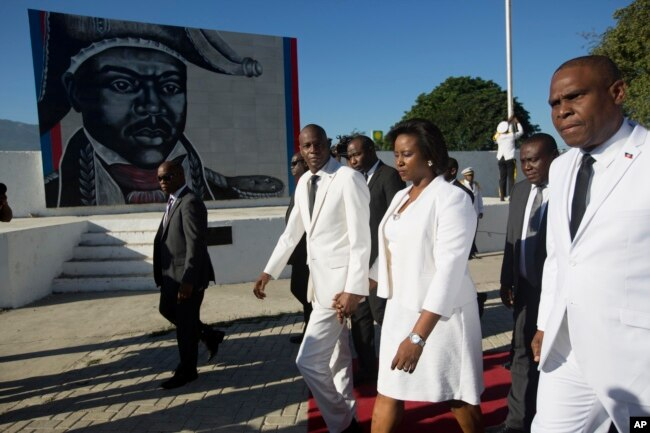 El pesidente de Jovenel Moise (centro), y la primera dama Martine Moise caminan con el primer ministro Jean Henry Ceant al finalizar una ceremonia por el 212 aniversario del asesinato del héroe de la independencia, general Jean-Jacques Dessalines. Puerto Príncipe, Haití, miércoles 17 de octubre de 2018.