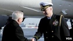 El capitán Steve Krotow saluda al secretario de Defensa Robert Gates a su llegada a Moscú.