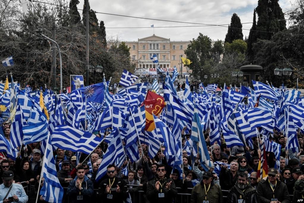 그리스 아테네의 의회 인근에서 국민들이 마케도니아 국명 변경 합의안에 반대하는 시위를 벌이고 있다. 그리스 정부가 마케도니아의 국명을 '북마케도니아'로 변경하는 데에 합의했음에도 그리스인들이 이를 주권침해라며 반대하고 나섰다.