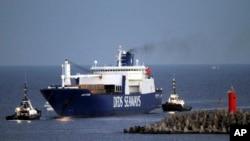 Kapal kargo Denmark Ark Futura tiba di pelabuhan Gioia Tauro, Italia (2/7).