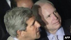Nghị quyết về Libya do Thượng nghị sĩ McCain (phải) và Thượng nghị sĩ Kerry đưa ra đã được Thượng viện biểu quyết chấp thuận