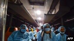 Các tài xế xe buýt chờ đưa công dân Bangladesh di tản khỏi thành phố Vũ Hán tới một trung tâm cách ly ở Dhaka hôm 1/2/20.