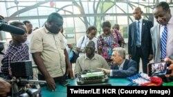 Emmanuel récompensé par des prix internationaux ses travaux innovants dans l'informatique, fut à 14 ans, un des réfugiés de République Centrafricaine en RDC, photo publiée le 9 avril 2018. (Twitter/HCR)