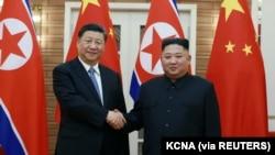 ၂၀၁၉ ခုႏွစ္က ၿပံဳယမ္းမွာေတြ႔ဆုံခဲ့ၾကတဲ့ တ႐ုတ္သမၼတ Xi Jinping (ဝဲ) နဲ႔ ေျမာက္ကုိရီးယားေခါင္းေဆာင္ Kim Jong Un. (ဇြန္ ၂၁၊ ၂၀၁၉)