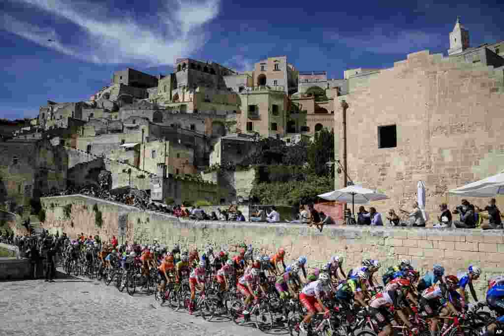 İtaliyanın cənubunda velosipedçilərGiro d'Italia yarışında iştirak edirlər.