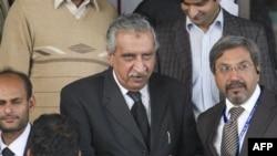 Pakistan Cumhuriyet Başsavcısı Maulvi Enverül Hak, Anayasa Mahkemesi dışında gazetecilerin sorularını yanıtlarken