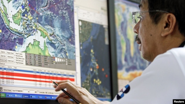 A science research specialist monitors computer data on the recorded earthquake at the Seismology agency office in Quezon City, Metro Manila, the Philippines, August 31, 2012.